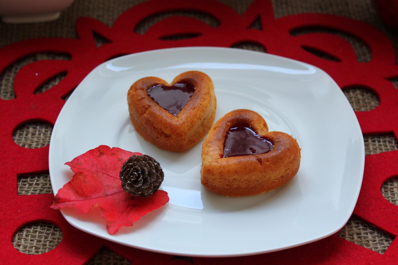 Mini sponge cake with Betania Strawberry Topping heart